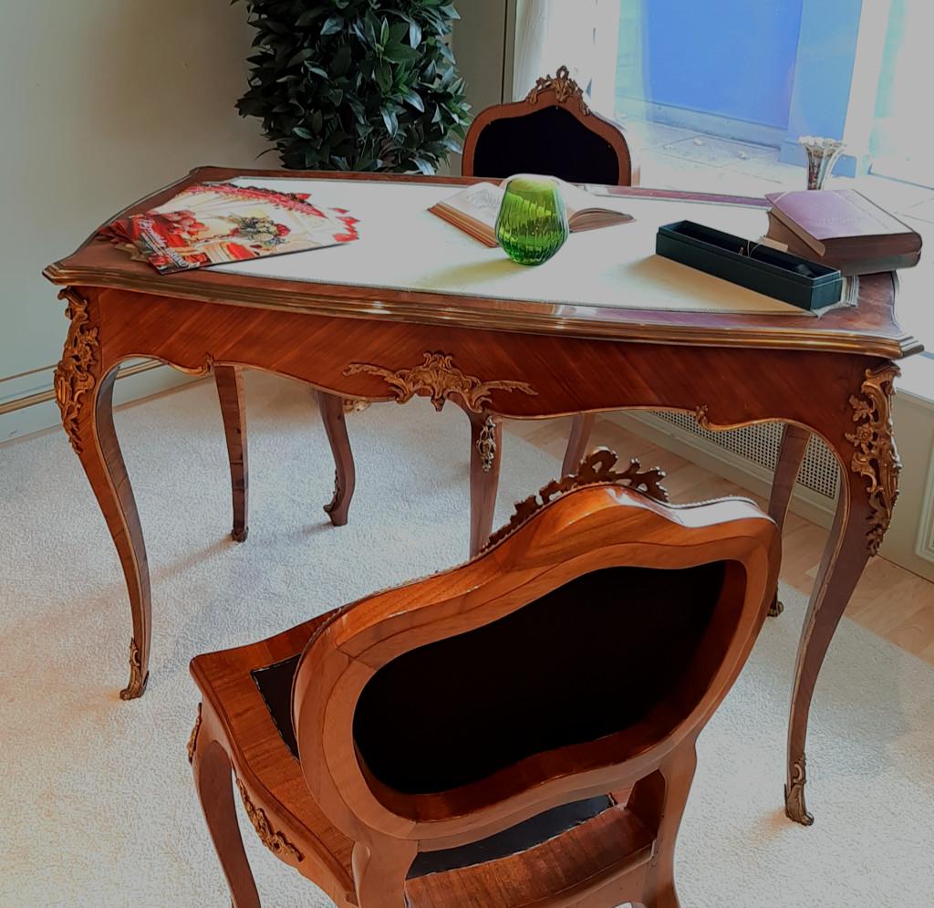 eleganter Antiker Schreibtisch Mußbaum furniert